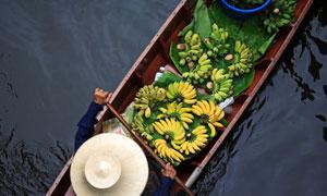 装有小香蕉的小船鸟瞰摄影高清图片