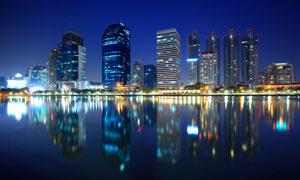 水边灯光映衬的城市建筑物高清图片
