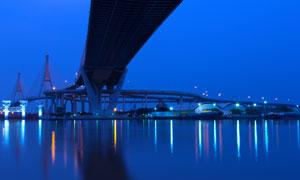 海面上的跨海大桥灯光照明高清图片