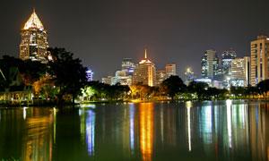 城市湖泊与商务写字楼夜景高清图片
