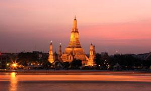 在黄昏亮着灯的大皇宫摄影高清图片