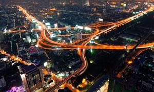 夜晚高峰期城市繁忙的交通摄影图片