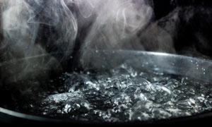 锅里冒着热气的水特写摄影高清图片
