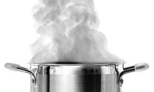 正冒着热气的不锈钢锅摄影高清图片