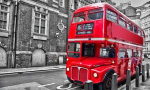 停靠在路边的红色双层巴士高清图片