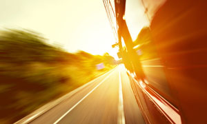 高速行驶中的车外风光摄影高清图片