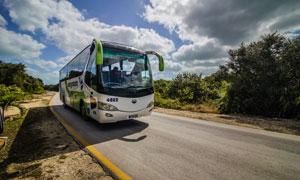 公路上的客运大巴车辆摄影高清图片