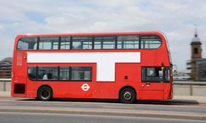行驶中的红色巴士汽车摄影高清图片