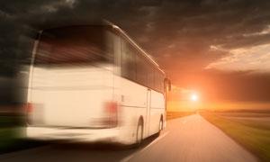 乡间公路上的客运大巴摄影高清图片