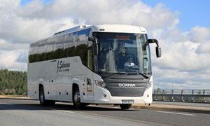 路上满载乘客的大巴车摄影高清图片