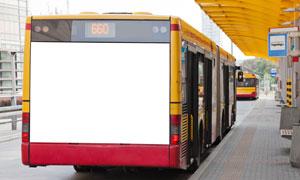 车尾部为空白内容的公交车高清图片