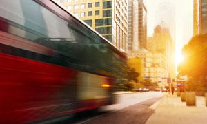 城市街道上的大巴汽车摄影高清图片