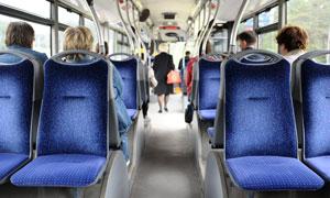 公交车内部的座椅与乘客们摄影图片