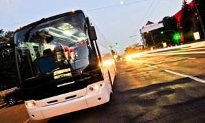临时停靠的客运大巴车摄影高清图片