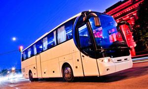 夜幕下的无人的大巴车摄影高清图片