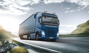 沥青公路上的运输卡车摄影高清图片