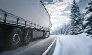 冰雪天路上的的集装箱卡车摄影图片