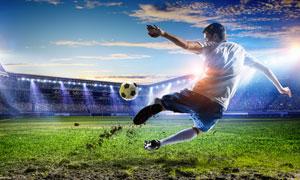 场上踢球的运动员人物摄影高清图片