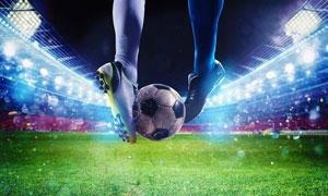 攻防交锋中的足球特写摄影高清图片
