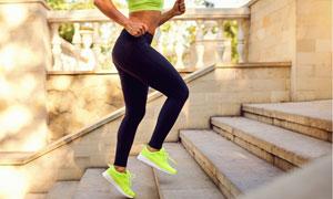 跑步上台阶的运动美女侧面摄影图片