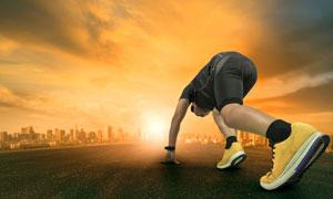 道路上做好起跑准备的球员高清图片