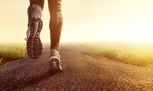 在田野小路慢跑的人物摄影高清图片