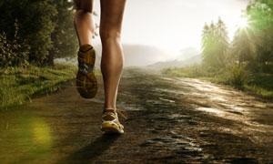 在野外跑步的人物特写摄影高清图片