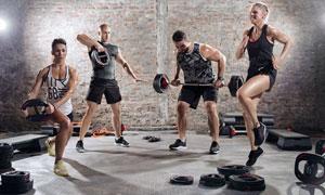 在健身房里运动的男女人物高清图片