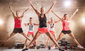 跳起来的健身操美女们摄影高清图片