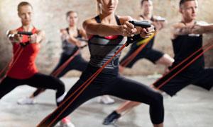 一起在做拉力绳锻炼的人群高清图片