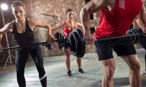 双手提杠铃的健身男女人物高清图片