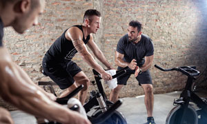 在加速冲刺的单车健身人物高清图片