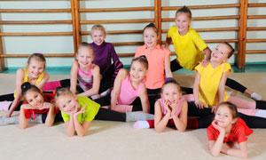 在舞蹈室练习的学生们摄影高清图片