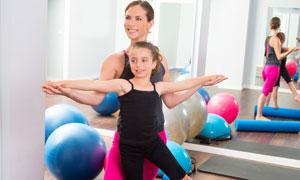 在老师指导下练习平衡的小女孩图片