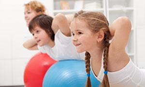 健身球上的可爱小女孩摄影高清图片