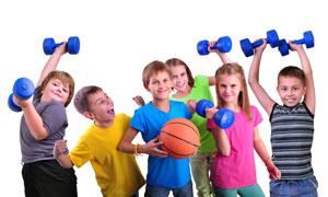 举哑铃拿着篮球的儿童摄影高清图片