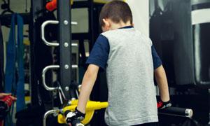 在做体育锻炼的小男孩摄影高清图片