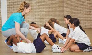 体育课上做仰卧起坐的学生高清图片