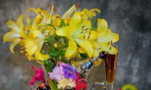 水果与黄色百合花特写摄影高清图片