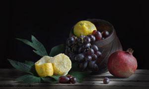 葡萄与石榴等水果静物特写高清图片