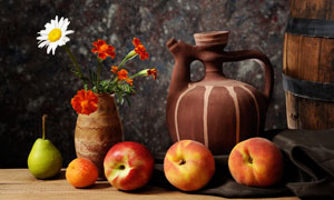 苹果桃子与鲜花等静物摄影高清图片