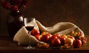 高脚杯与苹果葡萄静物特写高清图片