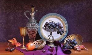 紫色布上的苹果与葡萄摄影高清图片
