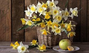 苹果与在篮子里的黄白小花高清图片