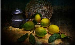 篮子里散落的几个柠檬摄影高清图片