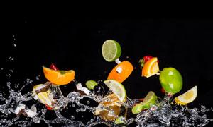 带着水花抛起来的水果摄影高清图片