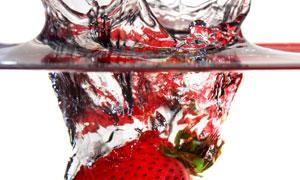 激起水花后掉进水中的草莓高清图片