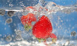 在冒着泡泡水中的草莓摄影高清图片