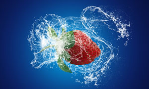 甩出水花的大草莓创意摄影高清图片