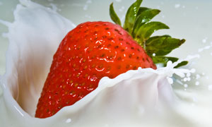 牛奶中的大个草莓摄影特写高清图片